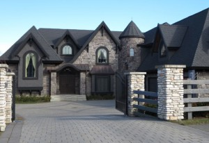 Для этого дома черная крыша не лучший выбор - она слишком массивная и довлеет над зданием