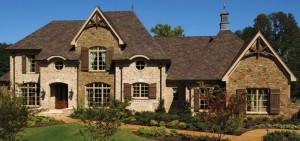 Теплый цвет камня с легким золотым оттенком комбинируется с кремово-бежевым кирпичом и красноватой крышей неоднородного цвета