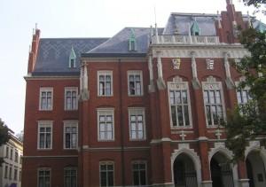 Новая крыша главного здания Ягеллонского университета была покрыта защитными строительными мембранами DuPont™ Tyvek® и шиферной плиткой из природного сланца. Фотография предоставлена компанией RUSTICO
