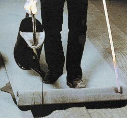 Наклеивание битумных рулонных материалов способом литья связующего